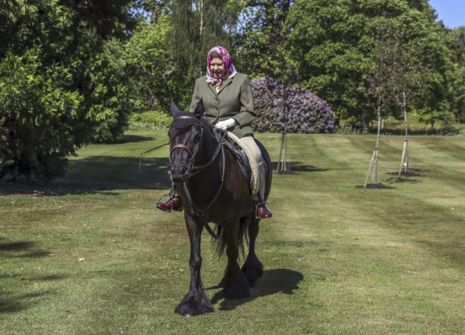 Kráľovná Alžbeta II. si bola prvýkrát od začiatku pandémie zajazdiť na koni (foto)