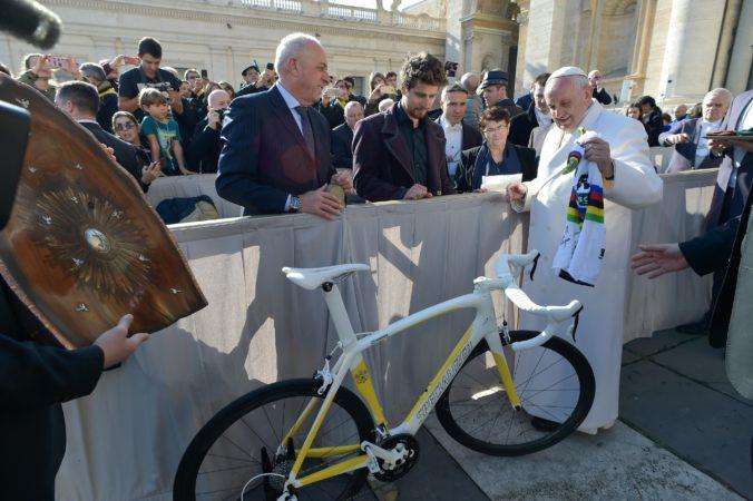 Pápež František pomôže nemocniciam, do aukcie ponúka bicykel Sagana aj Pellegriniovej plavky