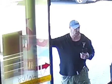 Polícia pátra po mužovi, ktorý bol svedkom útoku na ženu pred obchodným domom (foto)