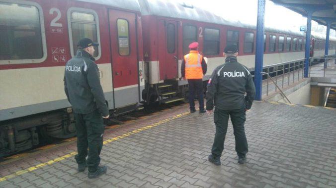 Sprievodkyňa vo vlaku chytila čierneho pasažiera, agresívny muž ju fyzicky napadol