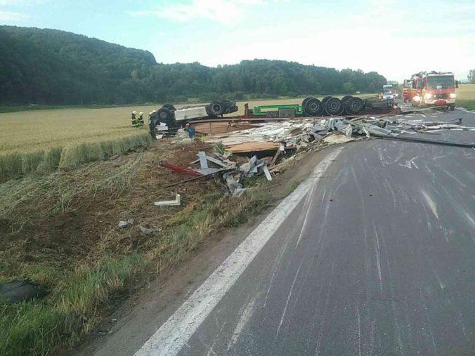 Pri obci Nitrica sa zrazilo auto s kamiónom, nehoda si vyžiadala ľudský život (foto)