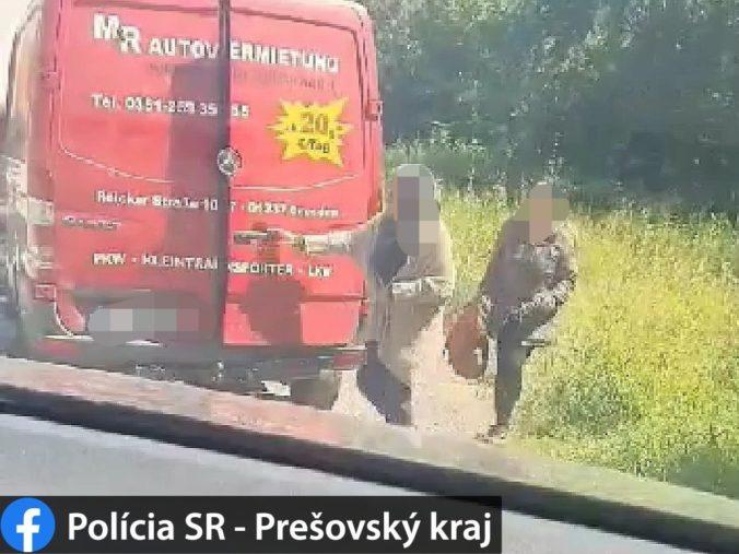 Policajná hliadka zadržala neďaleko Bardejova 21 migrantov, potom vypátrala ďalších siedmich (foto)