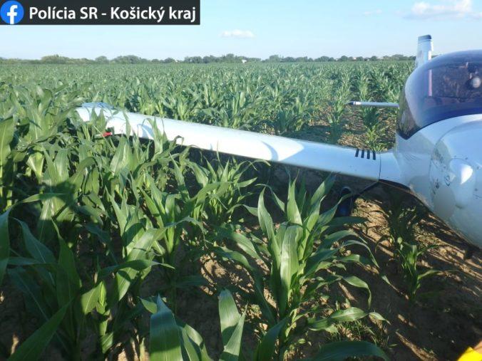 Ultraľahké jednomotorové lietadlo muselo núdzovo pristáť v poli pri Michalovciach (foto)