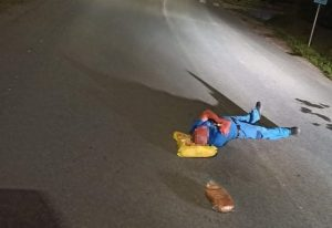 """Veľmi unavený"" muž si ustlal v strede cesty, k tragédii chýbalo málo (foto)"