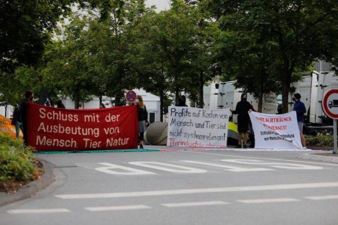 Aktivisti kritizujú podmienky pre zvieratá i ľudí a blokujú vchod do bitúnku zasiahnutého koronavírusom