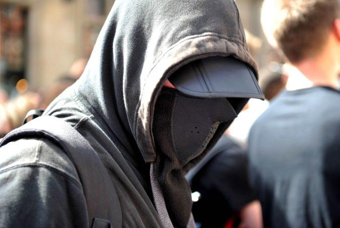 """Extrémizmom na Slovensku sa zaoberali """"tajní"""" z SIS a Vojenského spravodajstva, informácie poskytli aj polícii"""