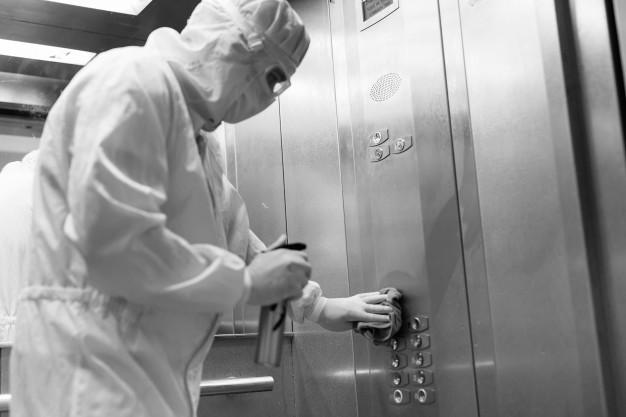 Žena nakazila koronavírusom 71 ľudí, vo výťahu bola len minútu