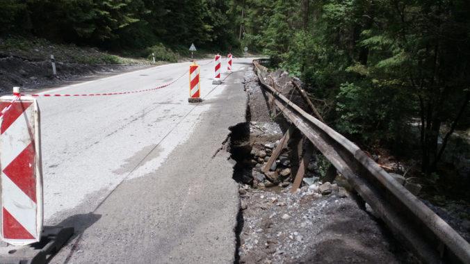 Cestu do Jasnej poškodil silný dážď, polícia upozorňuje vodičov na obmedzenia (foto)
