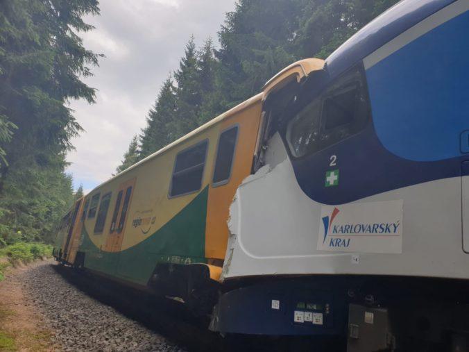 V Česku sa čelne zrazili dva osobné vlaky, hlásia obete a desiatky zranených (foto)