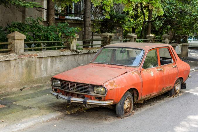 Banská Bystrica sa čoskoro zbaví nepojazdných áut zaberajúcich verejné priestranstvá v meste