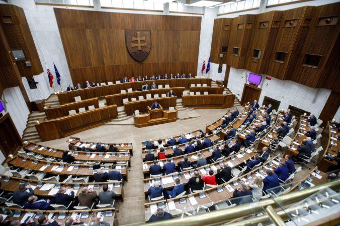 Kotlebovci navrhujú znížiť počet poslancov parlamentu. Politológ to označil za populistický ťah