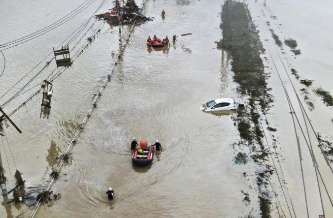 Počet obetí záplav v Japonsku sa zvýšil, v oblasti hrozí ďalší dážď a platia najvyššie výstrahy (video)