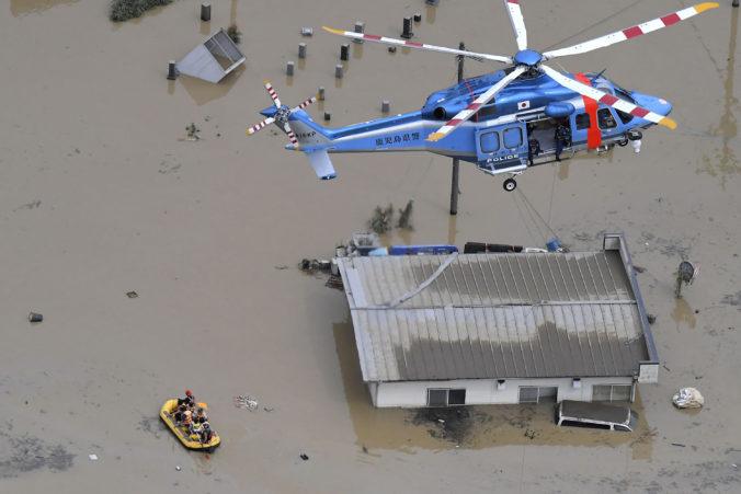 Záplavy v Japonsku si vyžiadali desiatky mŕtvych, záchranné práce komplikuje voda aj zosuvy bahna (video)