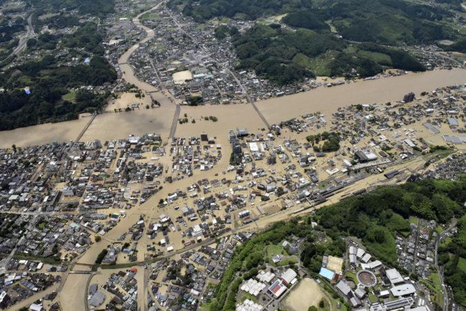 Mŕtvych aj nezvestných hlásia po povodniach a zosuvoch pôdy na juhu Japonska