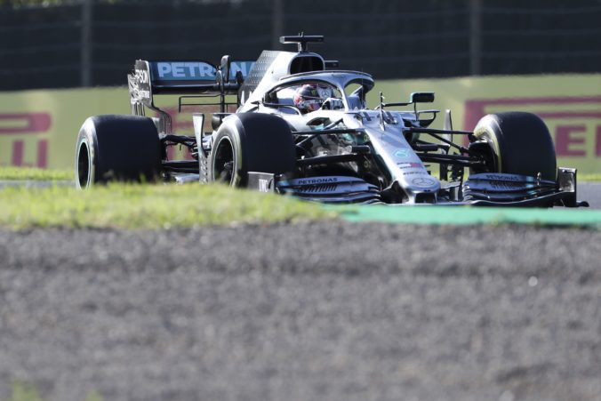 Sezóna F1 sa začne v Spielbergu, na prvom meranom tréningu dominoval Hamilton