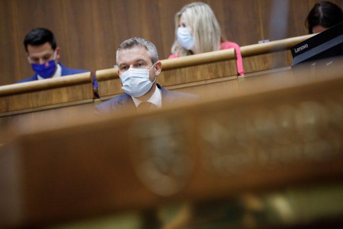 Koaliční poslanci mali silné reči, ale pri hlasovaní o Kollárovi stiahli chvost, povedal Pellegrini