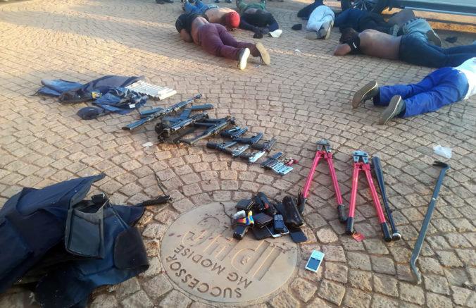 Juhoafrická polícia ukončila rukojemnícku drámu v meste Zuurbekom, päť ľudí bolo zabitých