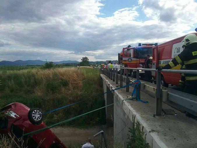 Na diaľnici pri Badíne došlo k tragickej dopravnej nehode, jedna osoba zostala v aute zakliesnená (foto)