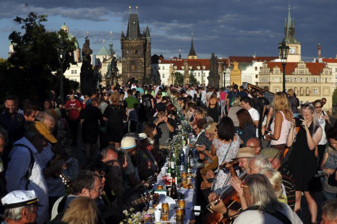 Ľudia v Prahe sa lúčili s koronakrízou hostinou pri dlhočiznom stole na Karlovom moste