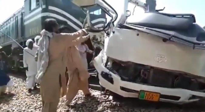 Zrážka vlaku s mikrobusom si vyžiadala mŕtvych, pútnici pochádzali z Pešawaru (video)