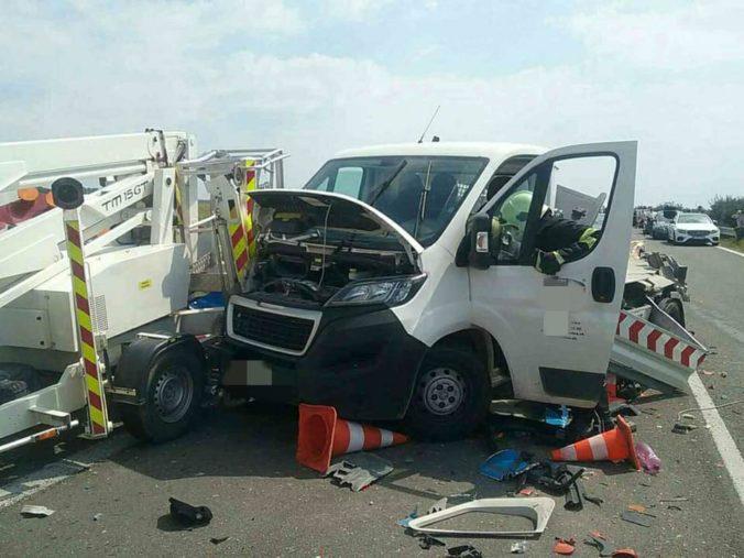 Na D2 v smere do Bratislavy sa zrazili dve dodávky a kamión, zahynul pracovník údržby (foto)