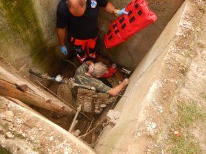 Hasiči ratovali muža, spadol do betónovej šachty a zranil sa (foto)