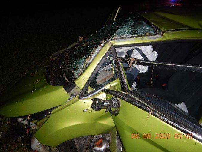 Opitý mladík bez vodičáku vbehol do priekopy, vrazil do mostíka a auto sa prevrátilo (foto)