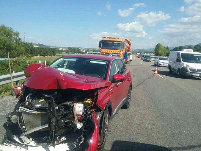 V Liptovskom Mikuláši sa na D1 zrazilo osobné auto s cestárskym, medzi zranenými sú deti (foto)