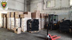 Colníci zhabali tony tabaku a tisícky škatuliek cigariet, výrobcom hrozia roky za mrežami (foto)
