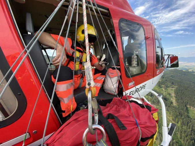 Lesníka zavalil padajúci strom, v kritickom stave si ho prevzali leteckí záchranári