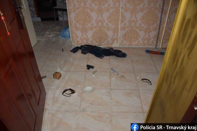 Agresívny muž vykopol dvere na byte a ohrozoval aj tehotnú ženu (foto)