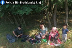 Policajti zadržali na Záhorí desiatky migrantov, ide zrejme o utečencov zo Sýrie (foto)