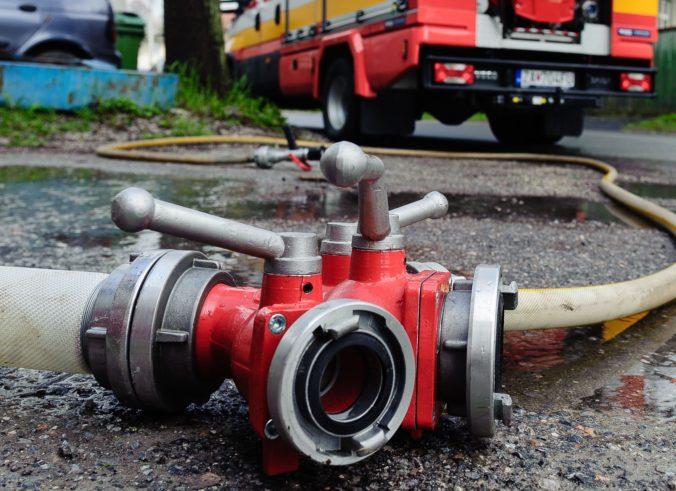 V obci Rosina horeli luxusné autá, incident rieši polícia