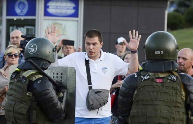 Protesty v Bielorusku pokračujú aj po odchode Cichanovskej. Nezastrašíte nás, tvrdia demonštranti (foto)