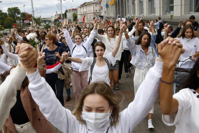 Po Minsku pochodovali stovky žien s kvetmi, vyjadrili tak podporu zraneným demonštrantom (foto)