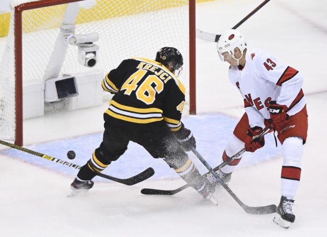 Zápas Bostonu s Carolinou priniesol aj jeden sporný moment, Pánik a Tatar na úvod play-off NHL s prehrami (video)