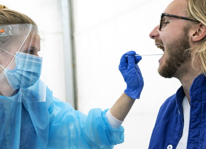 Aktuálna správa: Nové ohnisko koronavírusu na juhu Slovenska spôsobilo už viac ako 30 nakazených