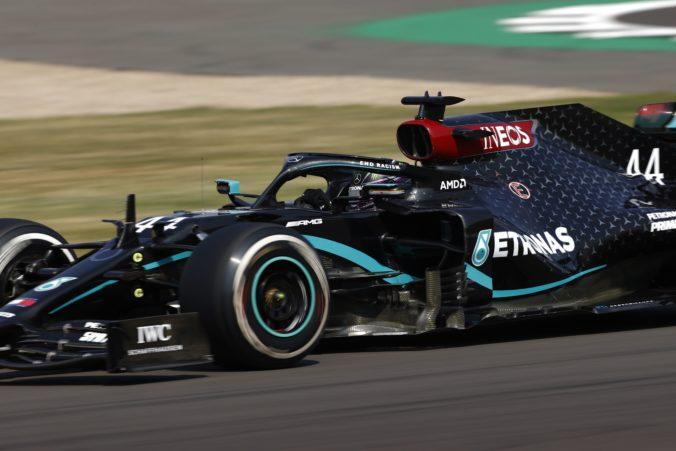 Lewis Hamilton nesúhlasí so znížením platu, v Mercedese však nepochybujú o dohode