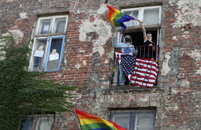 Poľskí aktivisti zavesili dúhové vlajky na sochy, hrozí im väzenie za urážku náboženského cítenia