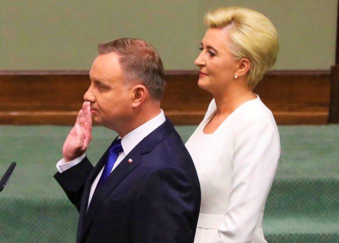 Andrzej Duda zložil prezidentskú prísahu, ľavicoví poslanci si obliekli dúhové farby a opozícia neprišla