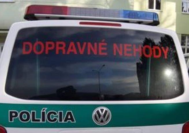 Nehoda pri Sľažanoch si vyžiadala jednu obeť, auto skončilo prevrátené na streche (foto)