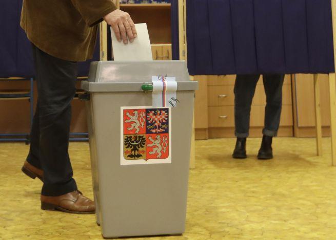 Špeciálne volebné okrsky aj hlasovanie z auta. Koronavírus zmení voľby v Česku