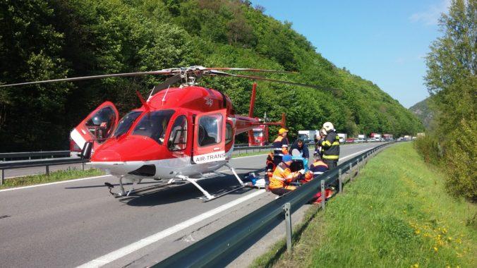 Záchranársky vrtuľník zasahoval pri zrážke auta s dodávkou, medzi zranenými boli aj dve deti