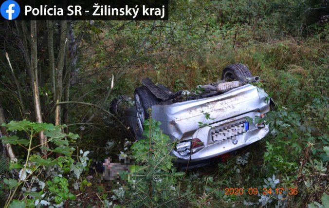 BMW spadlo na Čertovici do 30 metrov hlbokej rokliny, 20-ročný spolujazdec neprežil (foto)