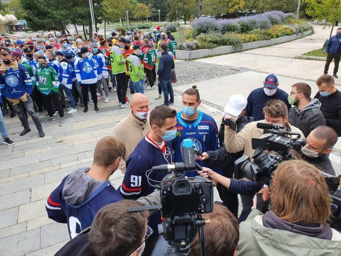 Aj my musíme z niečo žiť, protestujú pred úradom vlády hokejisti a Matovičovi adresujú otvorený list (foto)