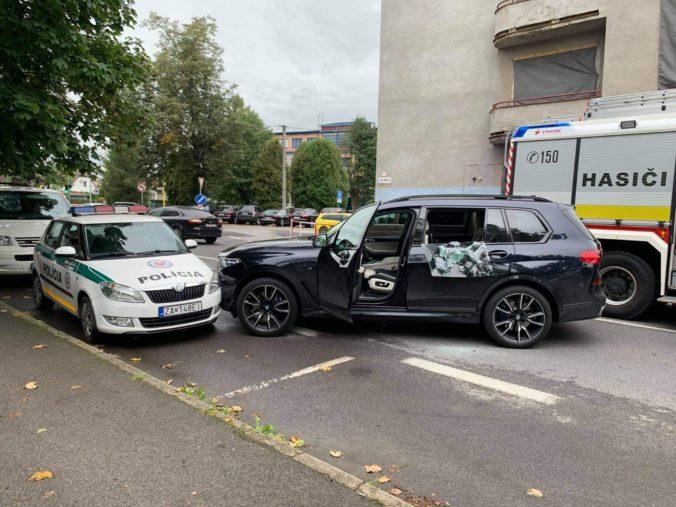 Muži zákona bojovali o život vodiča, ktorý prešiel do protismeru a nabúral do policajného auta