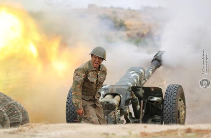 Boje o Náhorný Karabach pokračujú už tretí deň, Rusko vyzvalo všetky strany na prímerie
