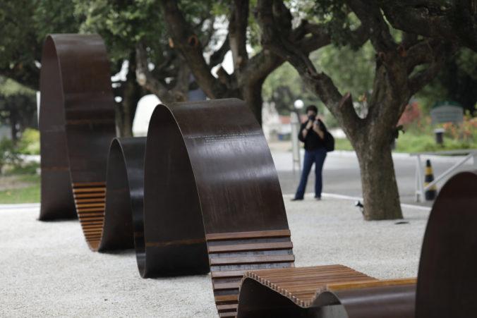 Obete koronavírusu v Brazílii majú svoj pamätník, odhalili ho na cintoríne v Riu de Janeiro