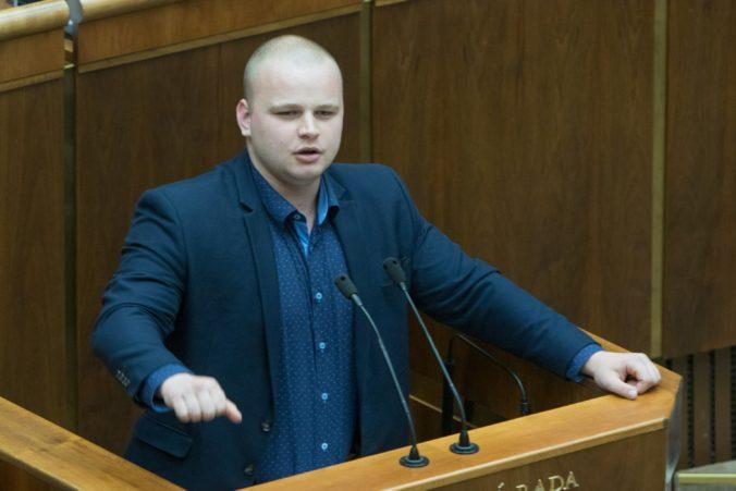 Asistent poslanca Mazureka je obvinený z extrémizmu, predával tričká s podobizňou Tisa