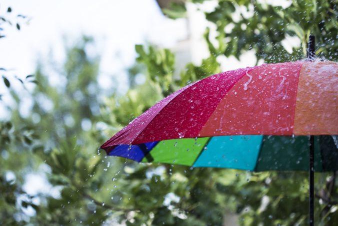 Pre 15 okresov Slovenska je vydaná výstraha druhého stupňa pred dažďom